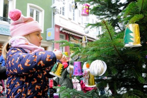 Paten für die Weihnachtsbaum-Schmückaktion gesucht!